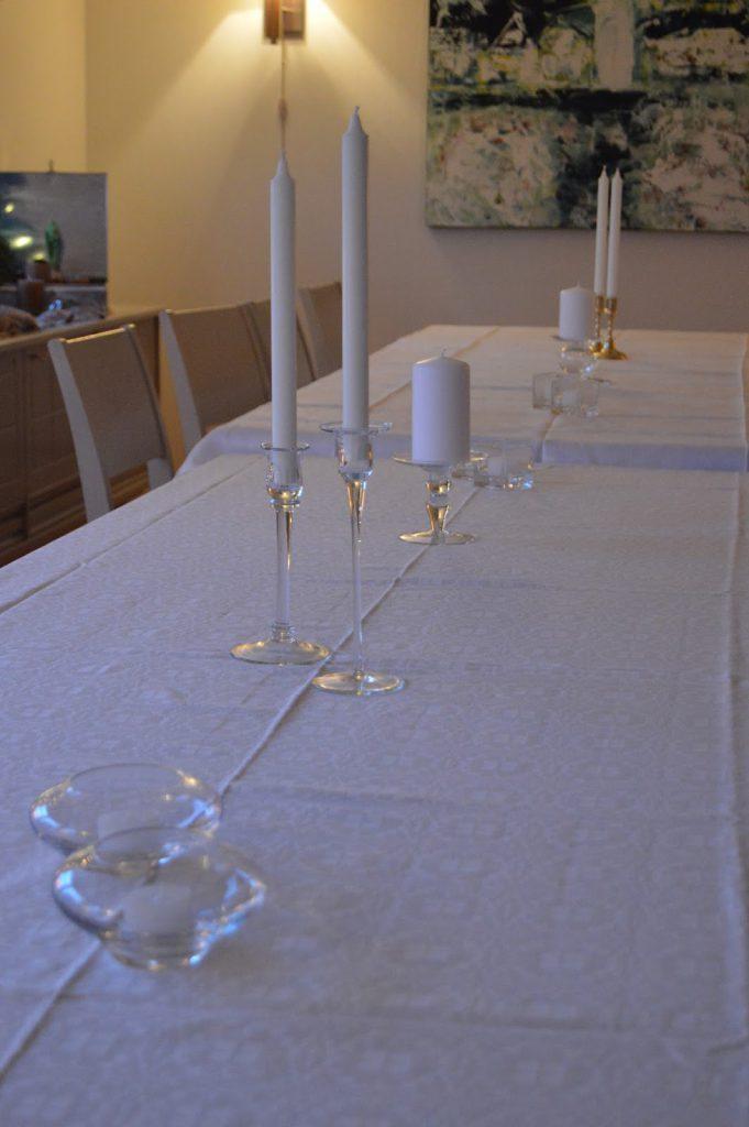 Borddekkingen med duk og hvite lys