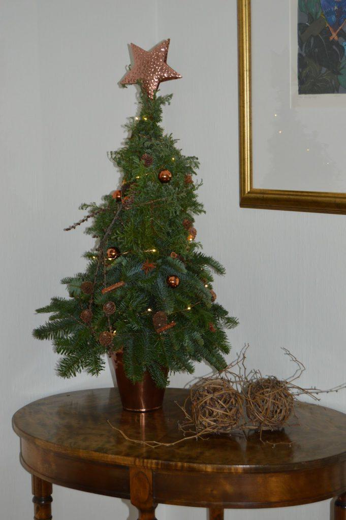 Mitt juletre ferdig pyntet og på plass i interiøret hjemme