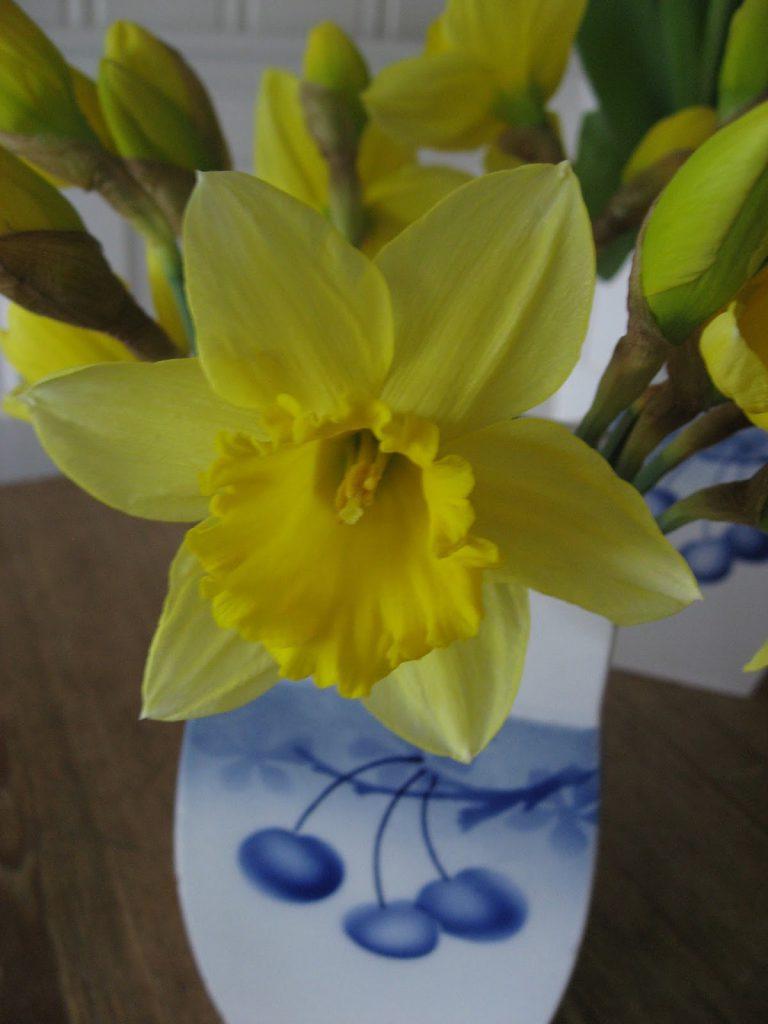 Uvanlige vaser til påskens blomster - Nærbilde av påskelilje i en porselenskrukke fra gamledager