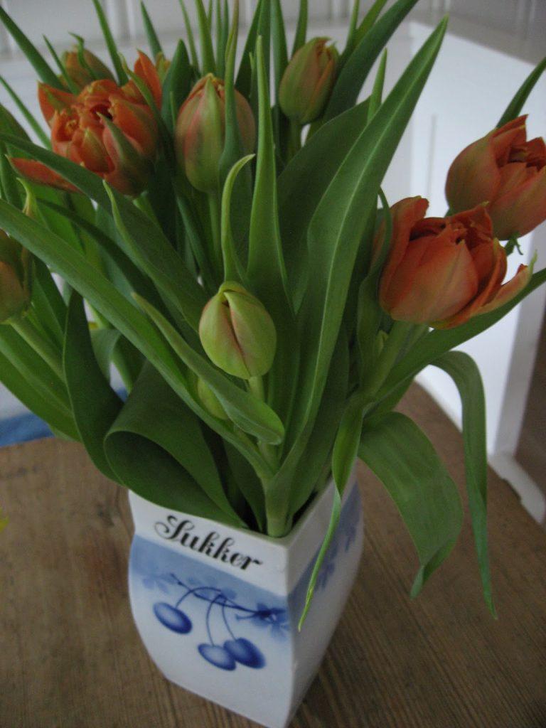 Uvanlige vaser til påskens blomster - Tulipaner i porselenskrukke fra gamledager