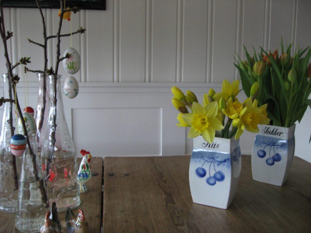 Uvanlige vaser til påskens blomster - Påskens blomster i vakre porselenskrukker fra gamledager