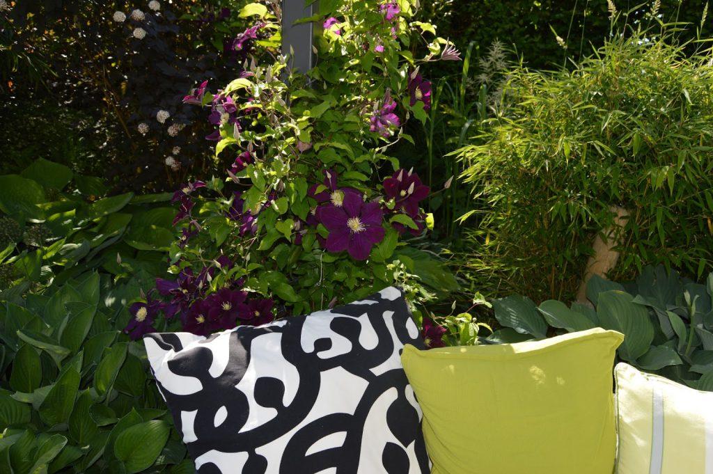 Detalj rundt en sittgruppe på terrassen. Trädgårdsrundorna.