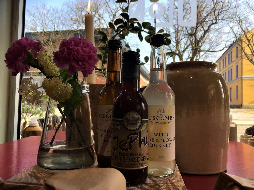 Forskjellige drikker, eple, rødbete o.l. hos fru Blom, Rakkestad