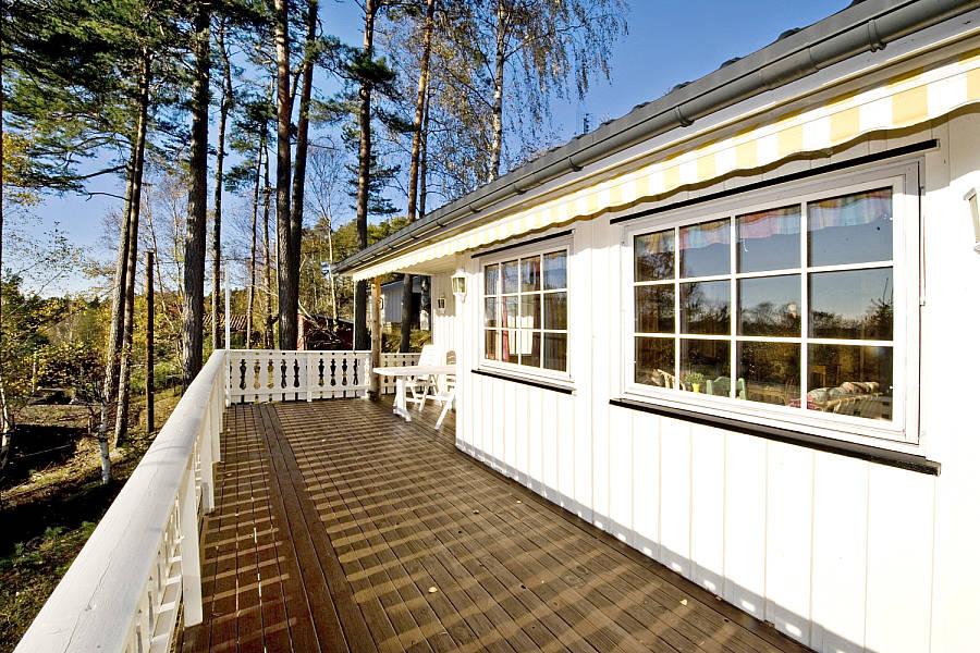 Hytteverandaen og hytta slik den så ut ved vår overtagelse i 2012