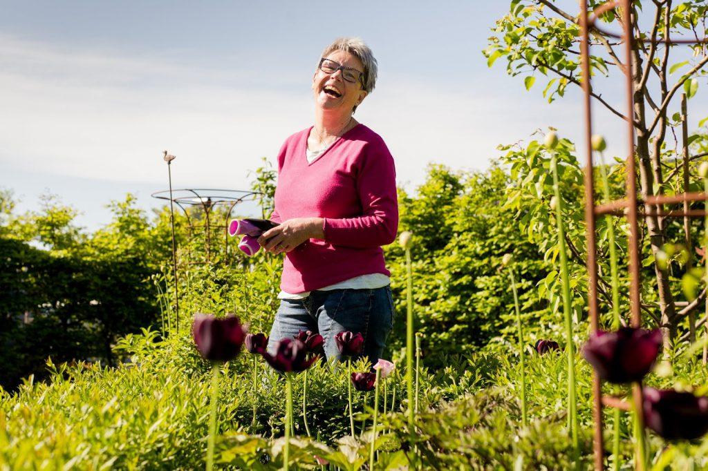 Mette Gry Larsen i hagen, Furulunden