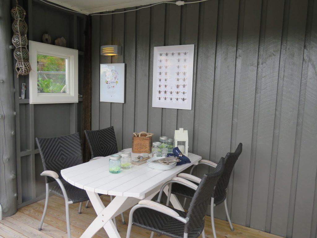 Å rive og bygge hytteveranda  blir det mye kos av - Spisekroken som er under tak på hytteverandaen