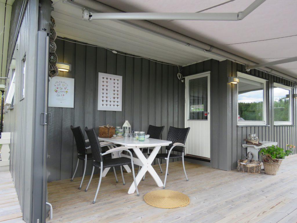 Spisekroken på hytteverandaen sett fra vest