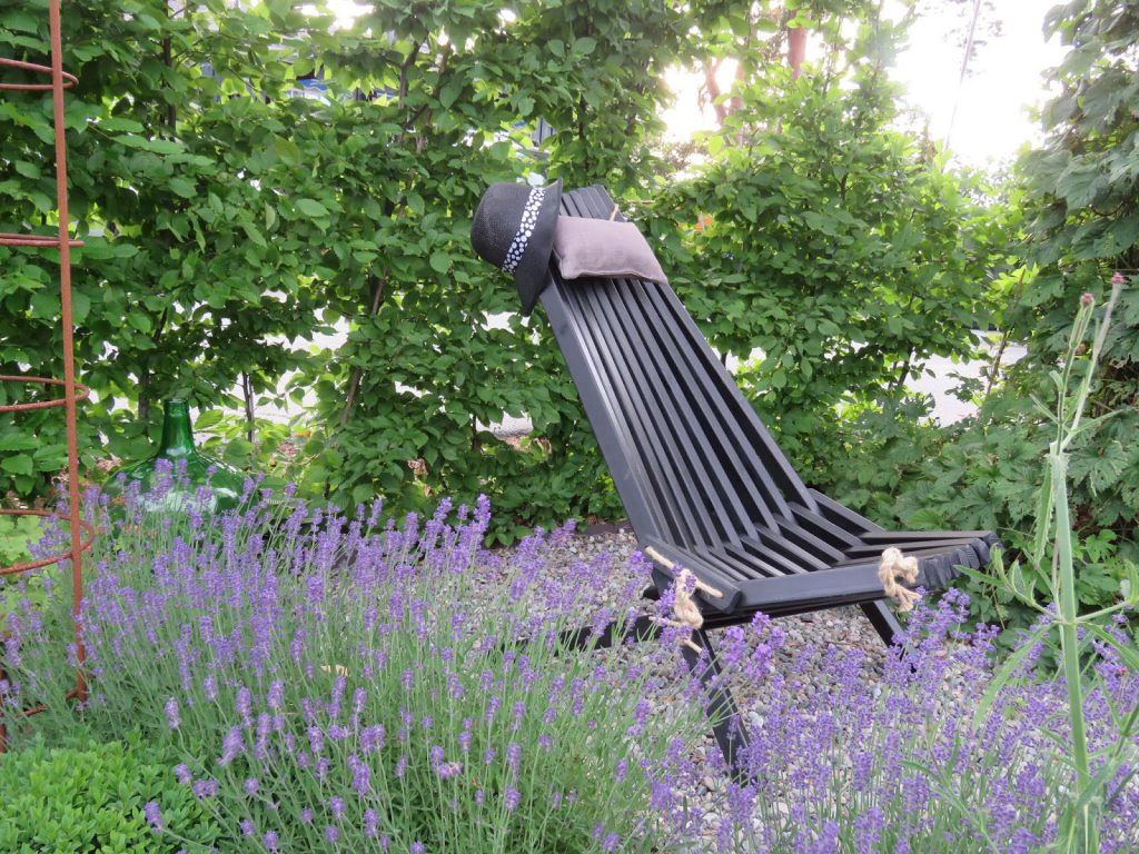 Foto 1 Ygg og lyng stol rundt furua i Furulunden