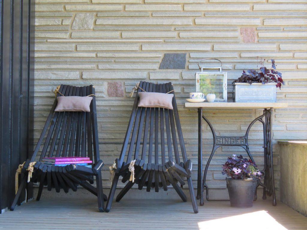 Ygg og lyng stol på overbygget terrasse i Furulunden