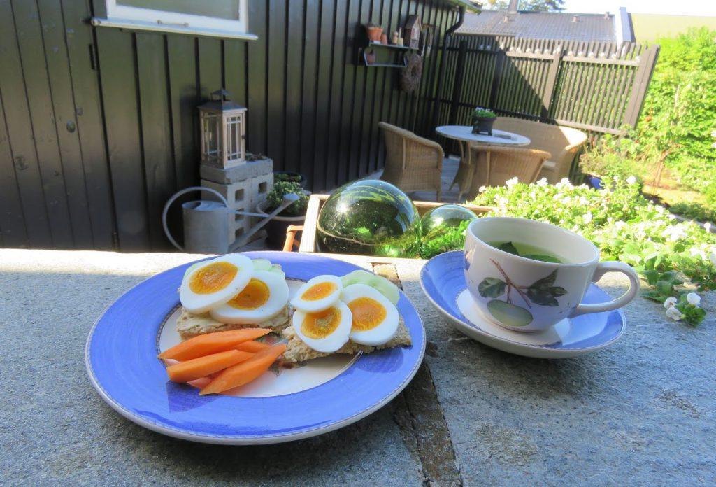 Egg med agurk fra egne drivhus og pallekarmer. Furulunden