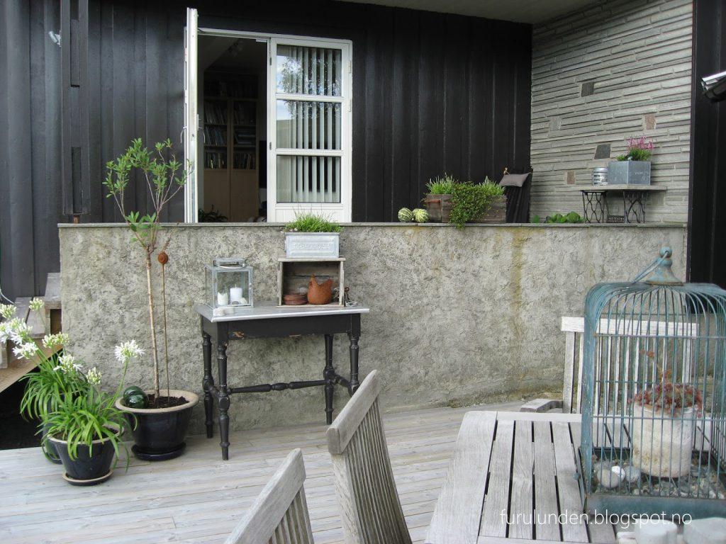 Inspirasjon til høstplanter i krukker - del 5. Furulunden Oversiktsbilde over høstplantene på terrassen.