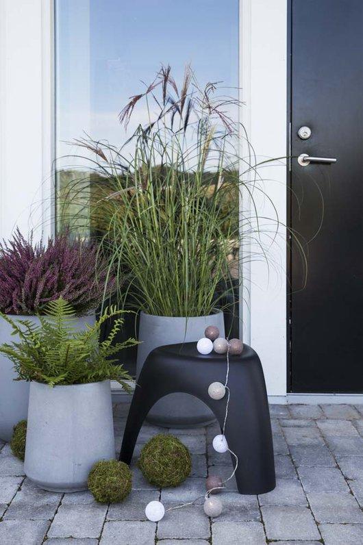 Inspirasjon til høstplanter i krukker - del 4 Furulunden. Flere krukker med høstplanter på utsiden av døren.