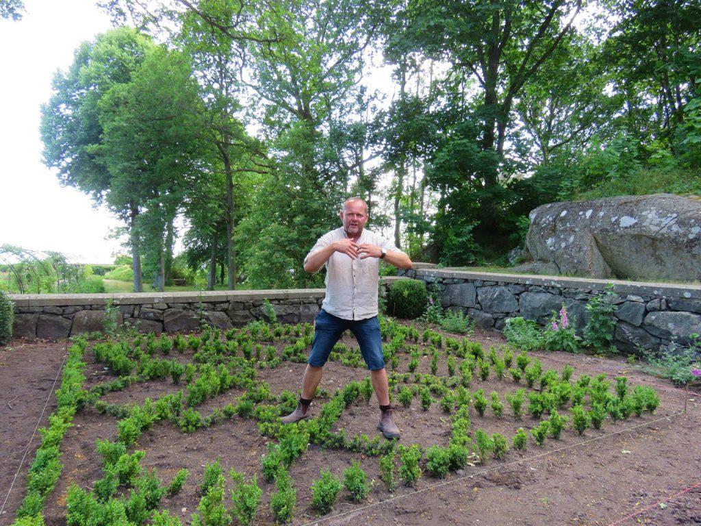 Tjöloholm slott med Johan Tayler fra trädgårdstider, bygging av bed etter originale tegninger