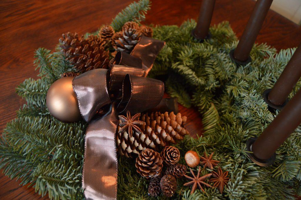 Mitt juleverksted: Lag en adventskrans av edelgran. Nærbilde av dekoren. Furulunden