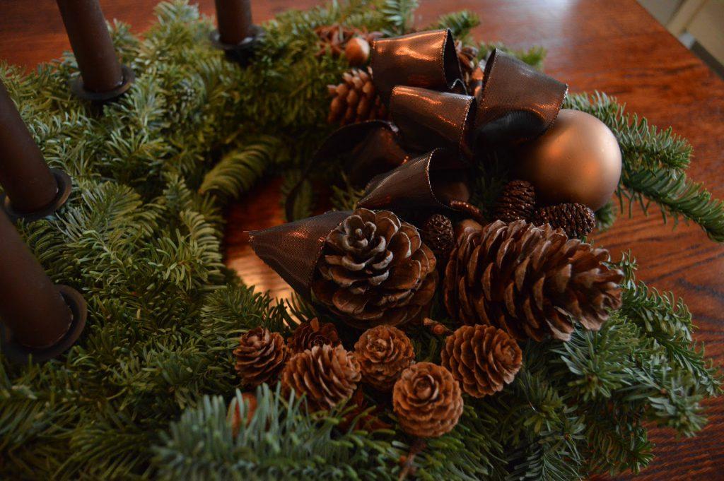 Mitt juleverksted: Lag en adventskrans av edelgran. Adventskrans med kongler, krydder o.a. Furulunden