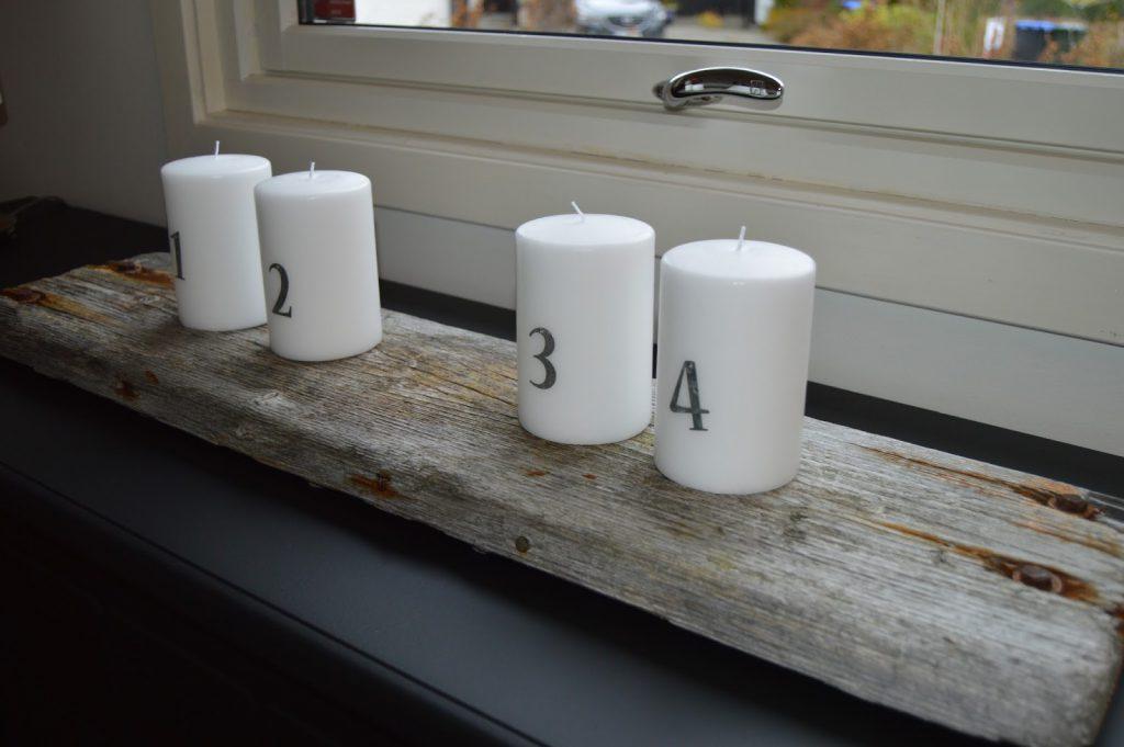 Mitt juleverksted: Lag et adventsarrangement på rekved. Hvert lyst har fått et tall på seg. Furulunden