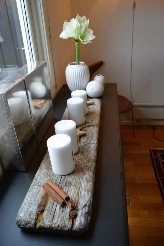 Mitt juleverksted: Lag et adventsarrangement på rekved. Adventsarrangmentet i hvitt, med drivved og på svart skjenk. Furulunden