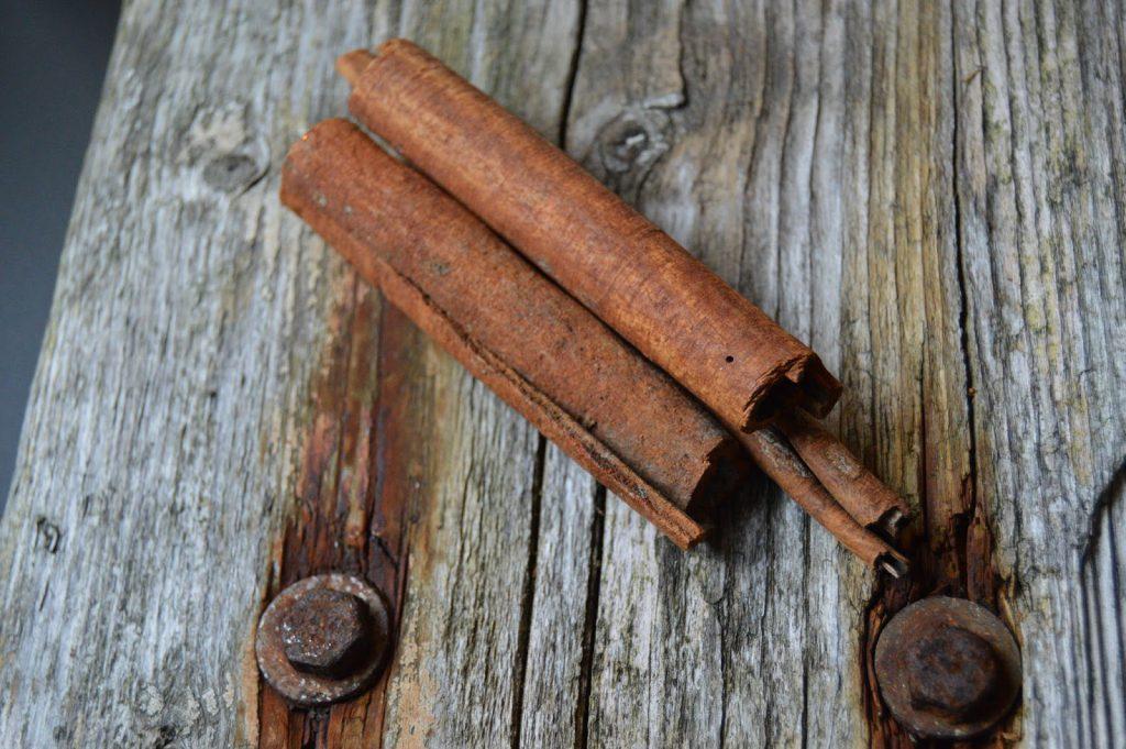 Mitt juleverksted: Lag et adventsarrangement på rekved. Kanelstenger pynter opp og avgir duft. Furulunden