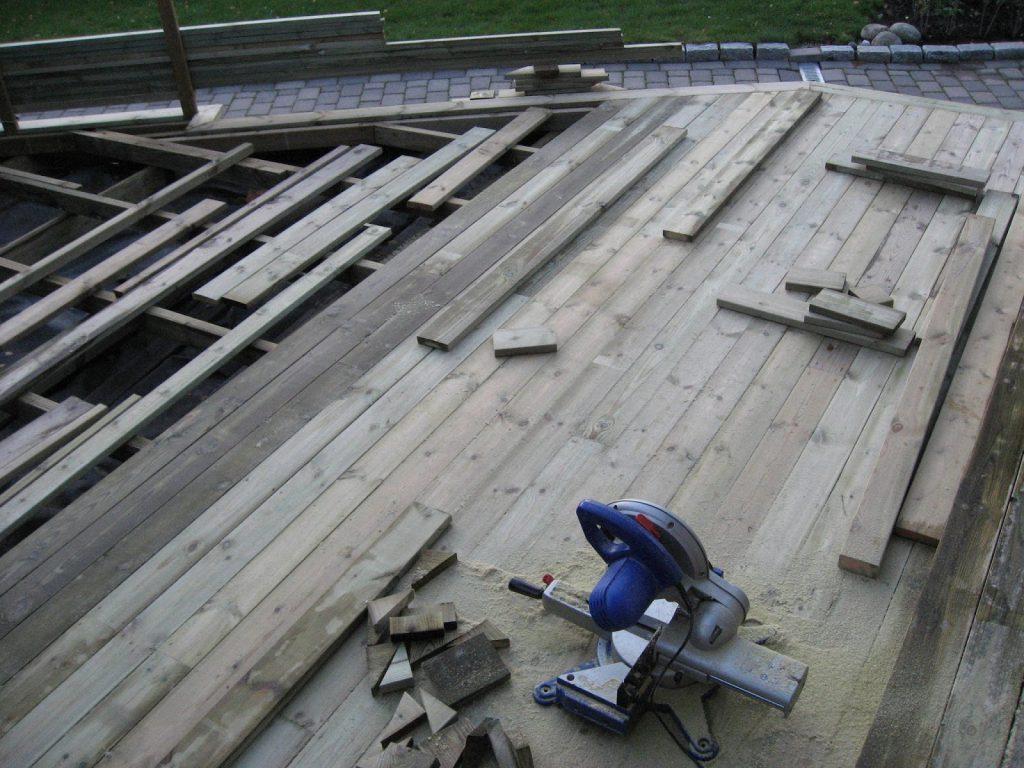 Bygge terrasse - tips. Toppbordene på terrassen skjæres og monteres. Furulunden