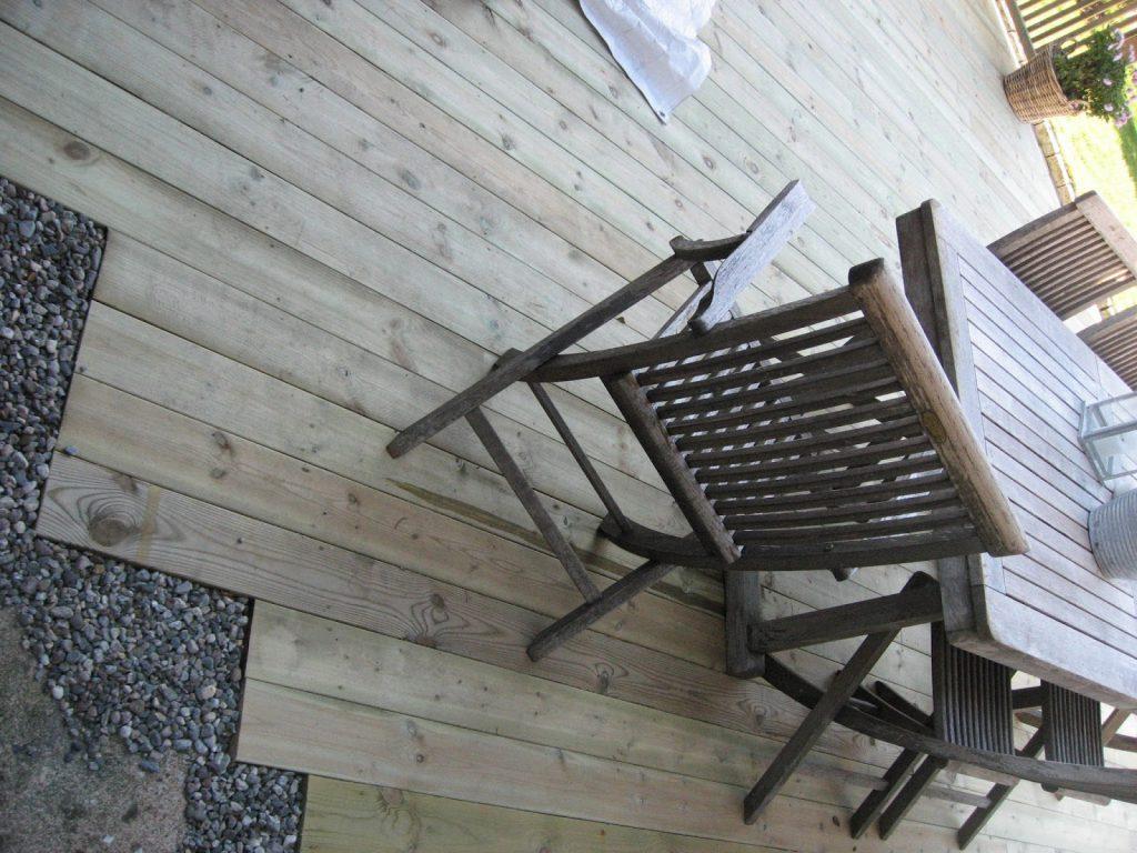 Bygge terrasse - tips. Avslutning med elvesingel inn mot bakhagen. Furulunden