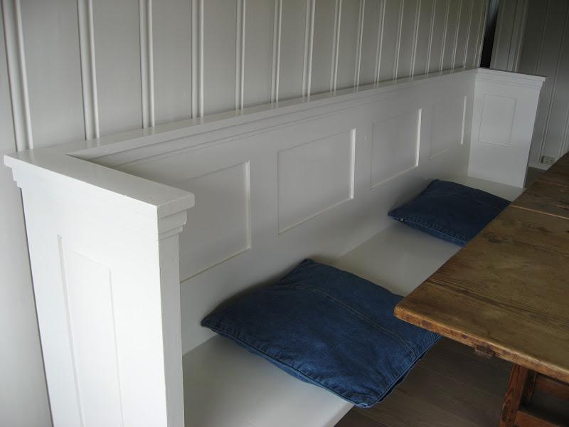 En kirkebenk på vandring fra Kråkerøy kirke til hytta vår - kirkebenken er ferdigmalt og er nå en del av spisestuemiljøet på hytta. Fururlunden.
