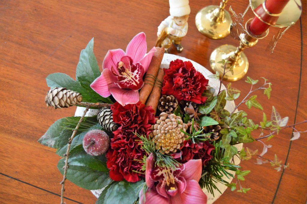 Borddekking med dyprøde lys og orkideer til jul. Blomsteroppsats med røde orkideer og nellik. Furulunden DSC_0033