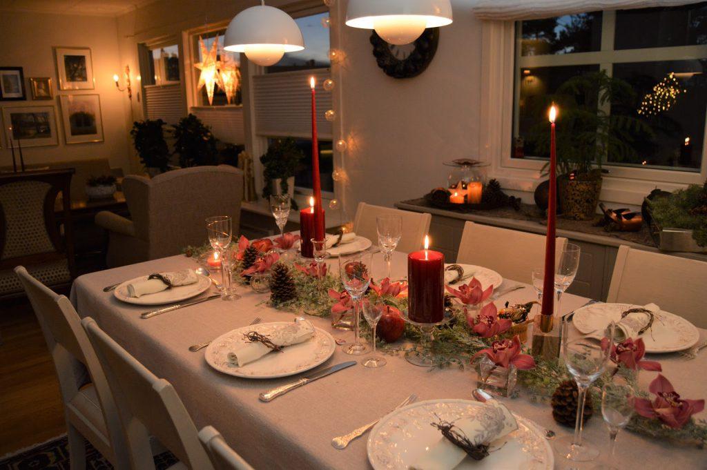 Velkommen til bords, dekket med dyprøde lys og orkideer. Furulunden DSC_0099