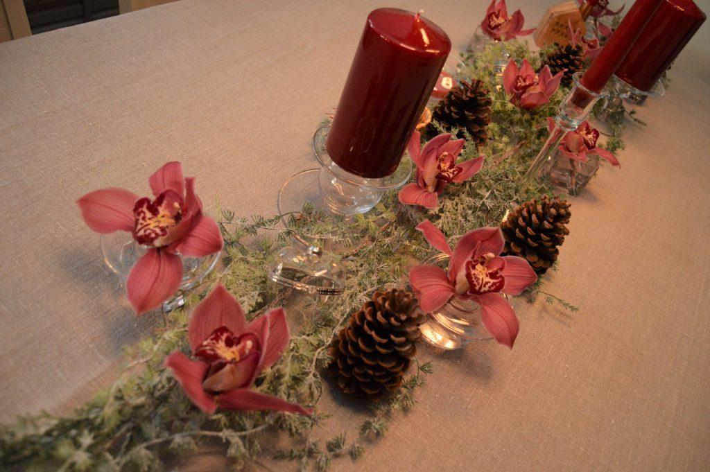 Borddekking med dyprøde lys og orkideer til jul, steg for steg. Furulunden DSC_0043