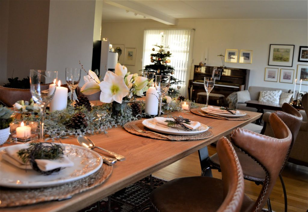 Borddekking med  hvite blomster til jul. Detalj fra spisestuen. Furulunden (2)-min
