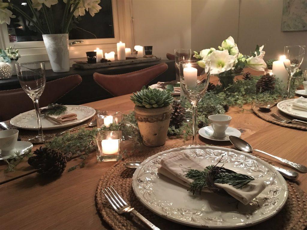 Borddekking med  hvite blomster til jul. Flere vinkler av dekket bord. Furulunden-min