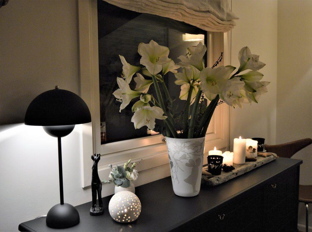 Borddekking med  hvite blomster til jul. Kveldsbilde fra skjenken og en vase full av Amaryllis. Furulunden (2)-min