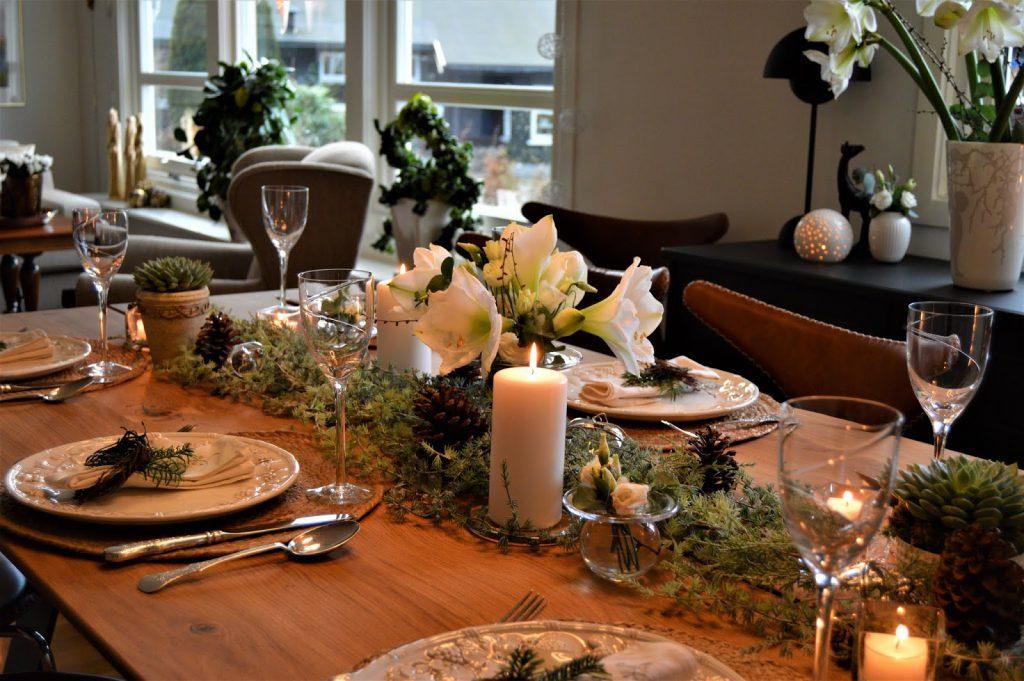Borddekking med  hvite blomster til jul. Oversikt over spisestuen. Furulunden-min
