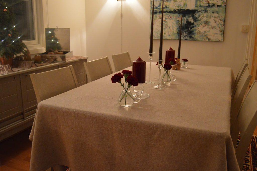 Borddekking med dyprøde blomster og kongler til jul, fra a-å. Furulunden