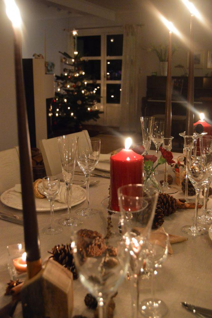 Dekket julebord og et pyntet hjem julaften. Furulunden