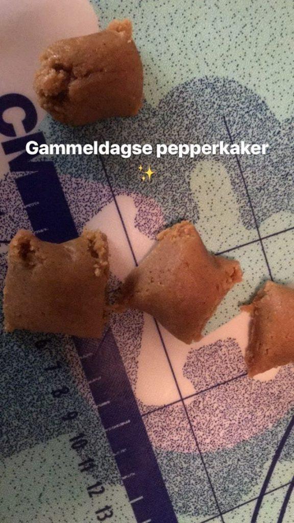 Rulle pølser og del i passende emner, pepperkaker. Foto