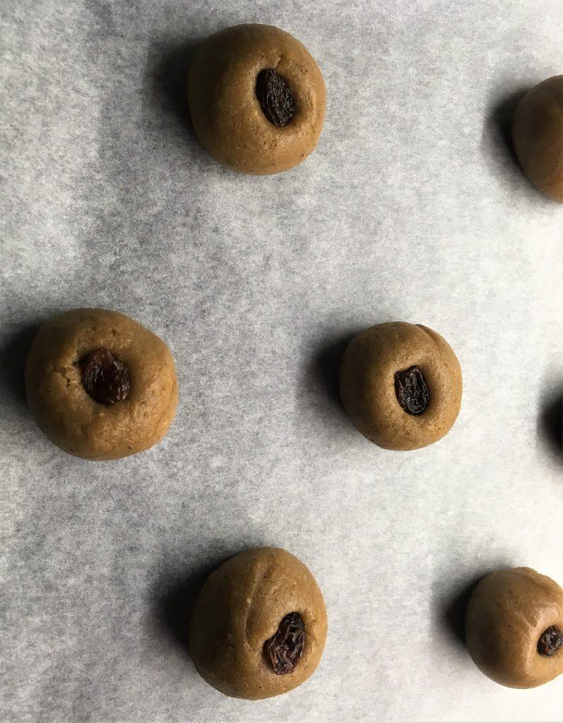 Ferdig utbakte gammeldags pepperkaker, klar for steking. Foto