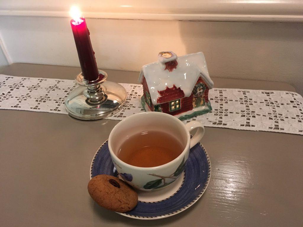 Pepperkaker med ny vri. Her servert med en kopp te.