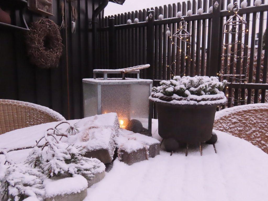 Jeg har pyntet i hagen til jul. Stilleben av julepyntet bord i hagen IMG_0070