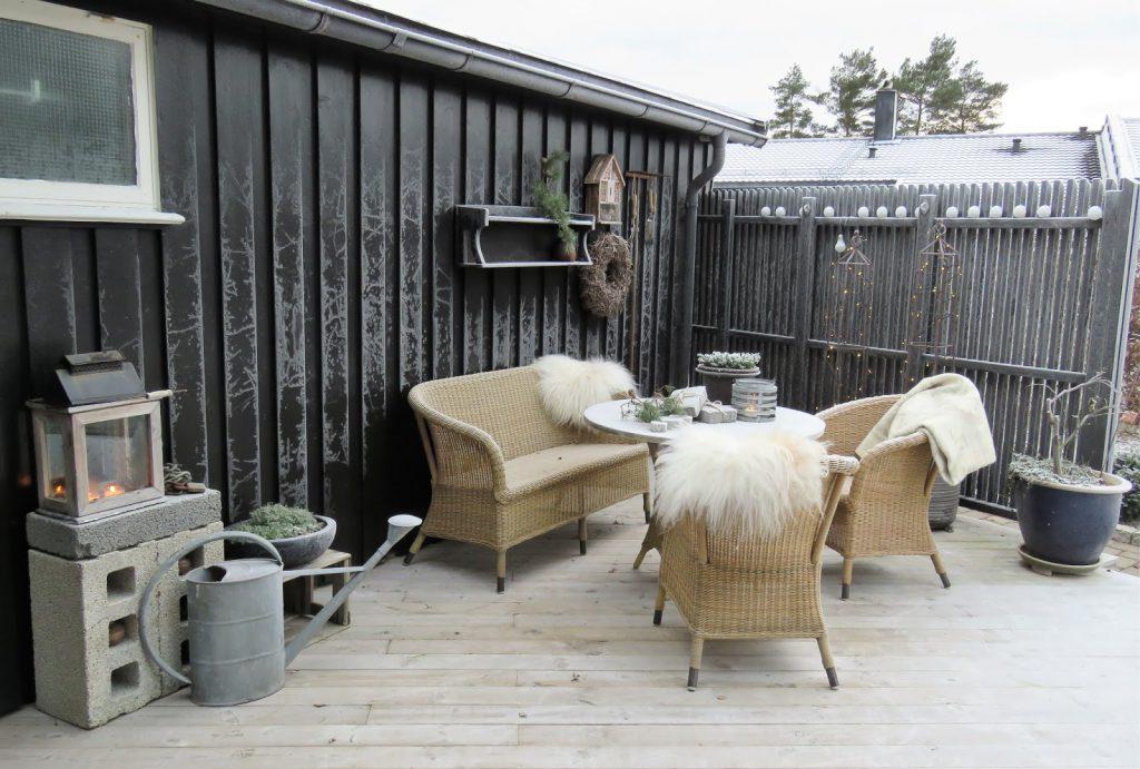 Rimfrostehar kommet i hagen min. Med julelys tent og varmende skinn i stolene i Furulunden IMG_0068