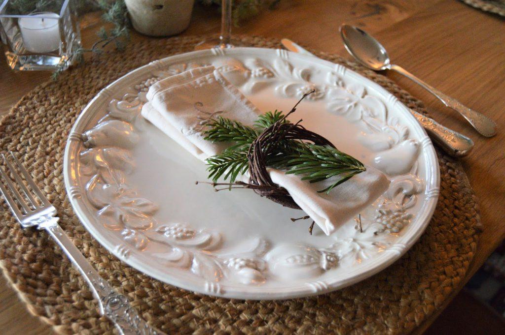 Hvordan lage serviettringer av bjørkeris. Det kan brukes sammen med andre naturmaterialer, som en edelgrankvist. Furulunden