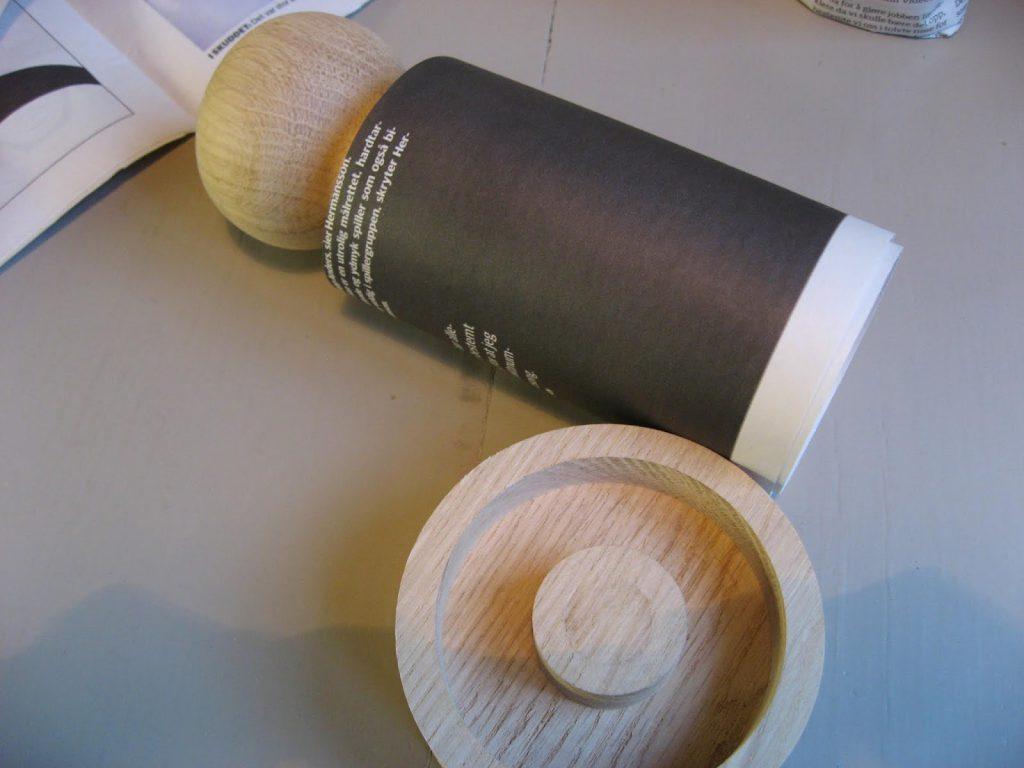 Tips til hvordan du lager dine egen papirpotter  - avispapiret rulles rundt pottemakeren IMG_6307