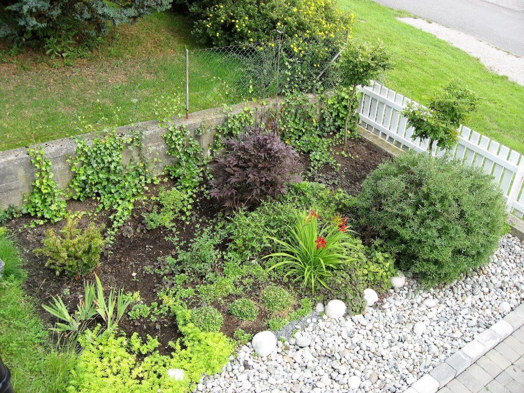 Elvestein er brukelig på flere måter i hagen - Elvestein som et uttrykk sammen med blomsterbedet Sommer  2009 004 (2)-min