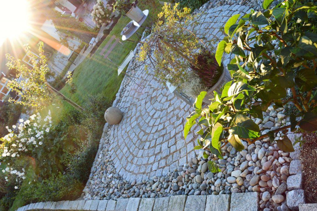 Elvestein er brukelig på flere måter i hagen - rundt sirkelen DSC_0001 (2)-min