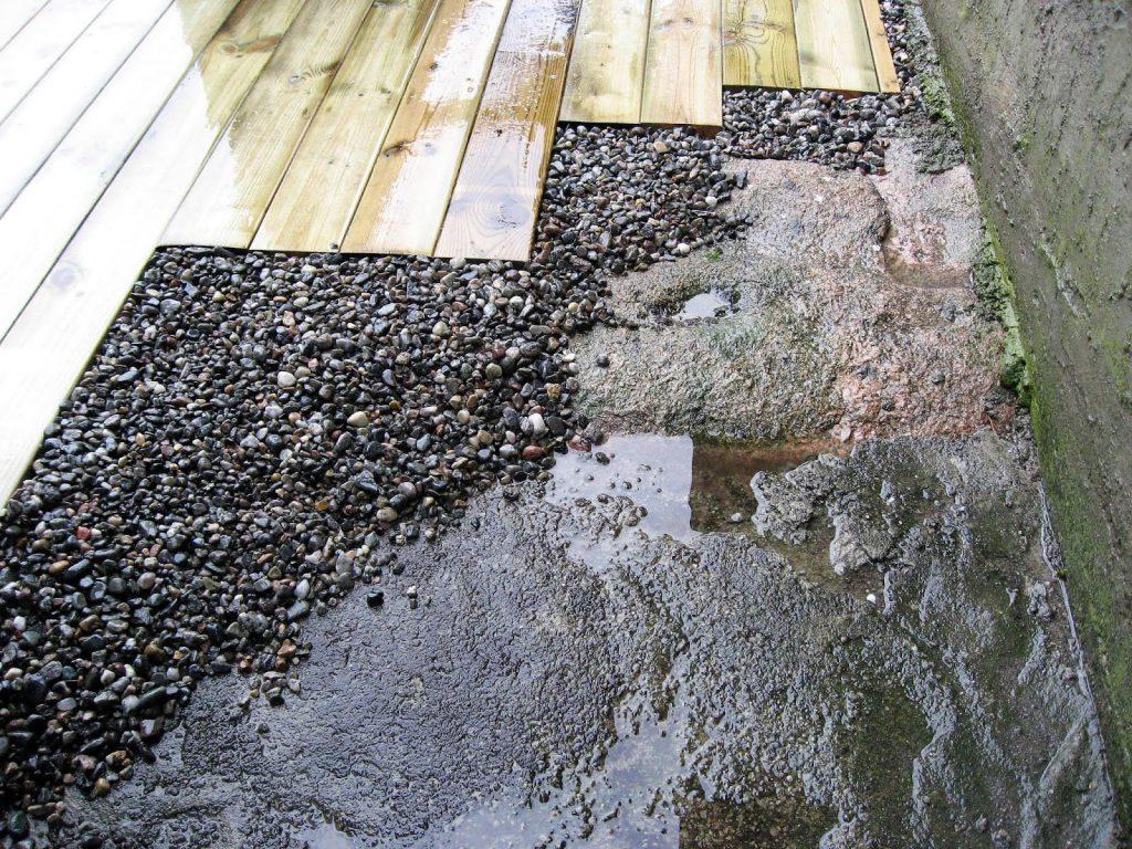 Elvestein er brukelig på flere måter i hagen  - som avslutning på en terrasse