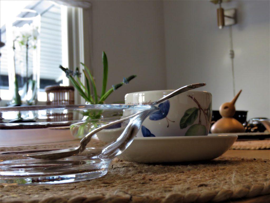 Kaffekopp - borddekking med perleblomster - interiør