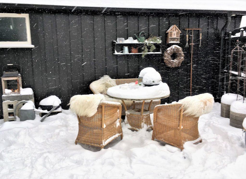 Vinterpoesi i hagen - Sittegruppen på terrassen, masse snø på seg IMG_4398 (3)-min