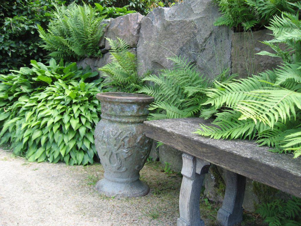 På utflukt til Gøteborgs botaniske Hage - Sitteplass med urne og planter - Gøteborgs botaniske hage
