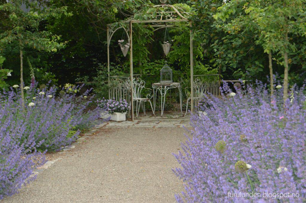 Historikk og oppskrift på en cottage garden. Et romantisk lite lysthus