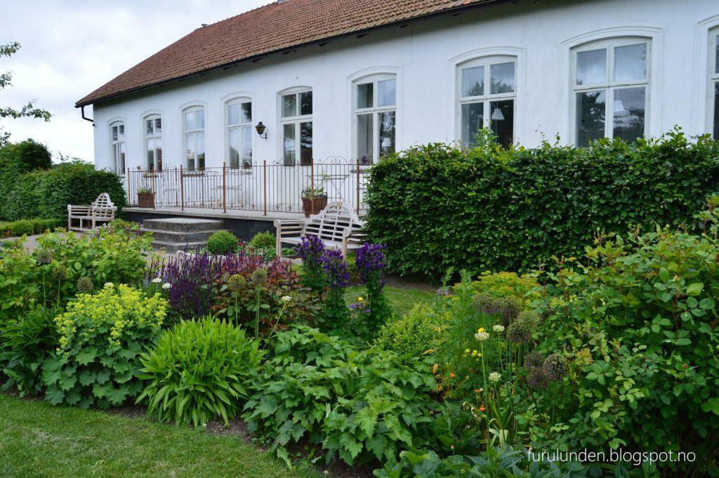 Historikk og oppskrift på en cottage garden. Her er det gjort bruk av Agnbøkshekk flere steder.