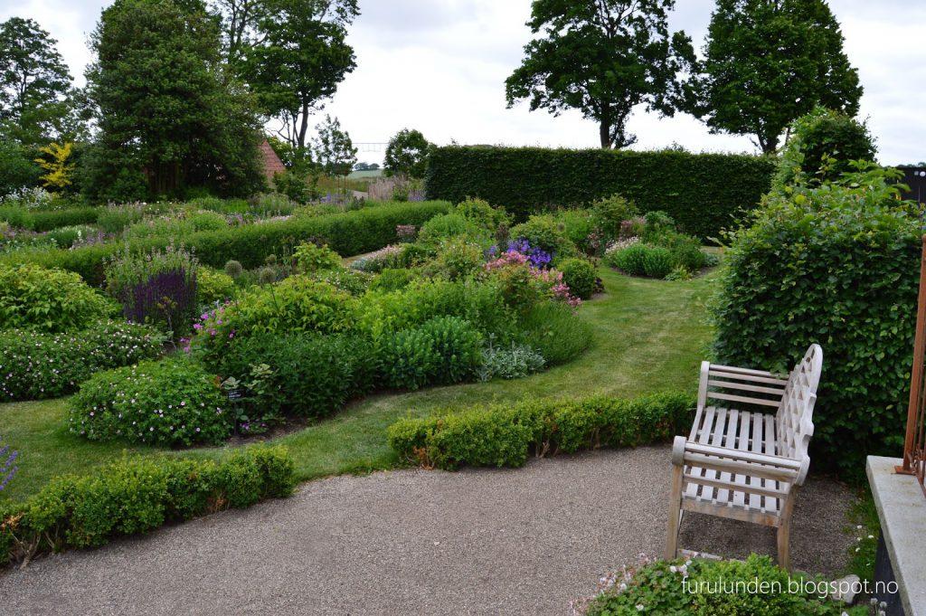Historikk og oppskrift på en cottage garden. Oversiktsbilde fra en av sittebenkene
